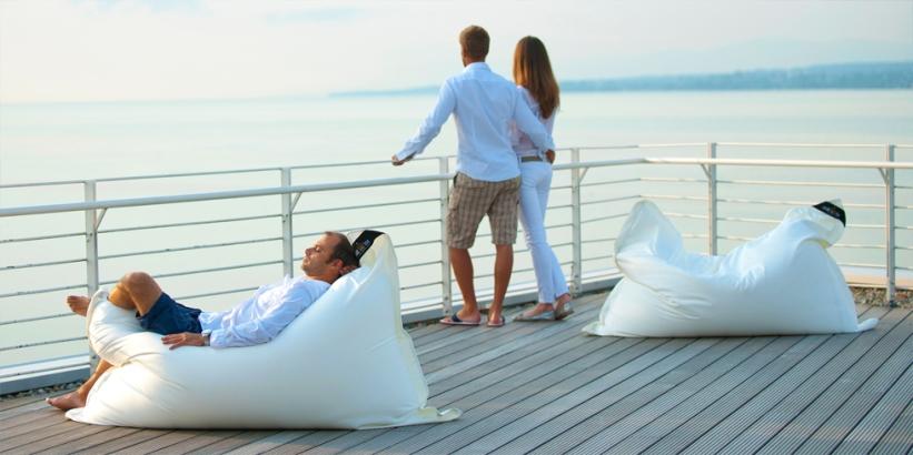 Loungekissen für Outdoor und Indoor. HOTELLERIA bietet Ihnen neben den hochwertigen Standard Produkten von chillisy maßgeschneiderte Textil Lösungen für Ihre Hotellerie. Die oberste Prämisse ist auch hier: Qualität!ie benötigen neue Stuhlauflagen für Ihre Terrassenbestuhlung? Loungekissen für den Wellnessbereich? Wolldecken für Ihre Gäste, dass diese länger auf Ihrer Terrasse verweilen? Polster, dass Ihre Gäste bequem Platz nehmen können? 10 Meter lange Tischdecken am Stück? Schwimmende Poolkissen um Ihren Gästen ein neues Highlight bieten zu können? Woll-Wärmflaschen mit Ihrem Logo, das Ihr Gast bei Ihnen als Andenken erwerben kann? Wunderschöne Filzkissen mit Herz, das Sie zu Weihnachten Ihren Mitarbeitern schenken können, um Ihnen Ihre Wertschätzung auszusprechen? Fleecedecken oder Wolldecken aus Kaschmir für Ihren VIP-Bereich?Rufen Sie uns einfach an +43 664 3807707 oder mailen Sie uns info@hotelleria.at wir beraten Sie freundlich und kompetent.