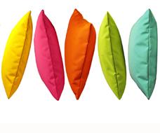 Bunte Outdoor und Indoor Kissen. HOTELLERIA bietet Ihnen neben den hochwertigen Standard Produkten von chillisy maßgeschneiderte Textil Lösungen für Ihre Hotellerie. Die oberste Prämisse ist auch hier: Qualität!ie benötigen neue Stuhlauflagen für Ihre Terrassenbestuhlung? Loungekissen für den Wellnessbereich? Wolldecken für Ihre Gäste, dass diese länger auf Ihrer Terrasse verweilen? Polster, dass Ihre Gäste bequem Platz nehmen können? 10 Meter lange Tischdecken am Stück? Schwimmende Poolkissen um Ihren Gästen ein neues Highlight bieten zu können? Woll-Wärmflaschen mit Ihrem Logo, das Ihr Gast bei Ihnen als Andenken erwerben kann? Wunderschöne Filzkissen mit Herz, das Sie zu Weihnachten Ihren Mitarbeitern schenken können, um Ihnen Ihre Wertschätzung auszusprechen? Fleecedecken oder Wolldecken aus Kaschmir für Ihren VIP-Bereich?Rufen Sie uns einfach an +43 664 3807707 oder mailen Sie uns info@hotelleria.at wir beraten Sie freundlich und kompetent.