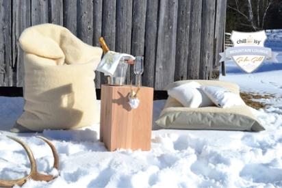 Outdoor Sitzkissen / Loungekissen. HOTELLERIA bietet Ihnen neben den hochwertigen Standard Produkten von chillisy maßgeschneiderte Textil Lösungen für Ihre Hotellerie. Die oberste Prämisse ist auch hier: Qualität!ie benötigen neue Stuhlauflagen für Ihre Terrassenbestuhlung? Loungekissen für den Wellnessbereich? Wolldecken für Ihre Gäste, dass diese länger auf Ihrer Terrasse verweilen? Polster, dass Ihre Gäste bequem Platz nehmen können? 10 Meter lange Tischdecken am Stück? Schwimmende Poolkissen um Ihren Gästen ein neues Highlight bieten zu können? Woll-Wärmflaschen mit Ihrem Logo, das Ihr Gast bei Ihnen als Andenken erwerben kann? Wunderschöne Filzkissen mit Herz, das Sie zu Weihnachten Ihren Mitarbeitern schenken können, um Ihnen Ihre Wertschätzung auszusprechen? Fleecedecken oder Wolldecken aus Kaschmir für Ihren VIP-Bereich?Rufen Sie uns einfach an +43 664 3807707 oder mailen Sie uns info@hotelleria.at wir beraten Sie freundlich und kompetent.