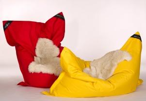 Outdoor Loungekissn Sitzsack. HOTELLERIA bietet Ihnen neben den hochwertigen Standard Produkten von chillisy maßgeschneiderte Textil Lösungen für Ihre Hotellerie. Die oberste Prämisse ist auch hier: Qualität!ie benötigen neue Stuhlauflagen für Ihre Terrassenbestuhlung? Loungekissen für den Wellnessbereich? Wolldecken für Ihre Gäste, dass diese länger auf Ihrer Terrasse verweilen? Polster, dass Ihre Gäste bequem Platz nehmen können? 10 Meter lange Tischdecken am Stück? Schwimmende Poolkissen um Ihren Gästen ein neues Highlight bieten zu können? Woll-Wärmflaschen mit Ihrem Logo, das Ihr Gast bei Ihnen als Andenken erwerben kann? Wunderschöne Filzkissen mit Herz, das Sie zu Weihnachten Ihren Mitarbeitern schenken können, um Ihnen Ihre Wertschätzung auszusprechen? Fleecedecken oder Wolldecken aus Kaschmir für Ihren VIP-Bereich?Rufen Sie uns einfach an +43 664 3807707 oder mailen Sie uns info@hotelleria.at wir beraten Sie freundlich und kompetent.