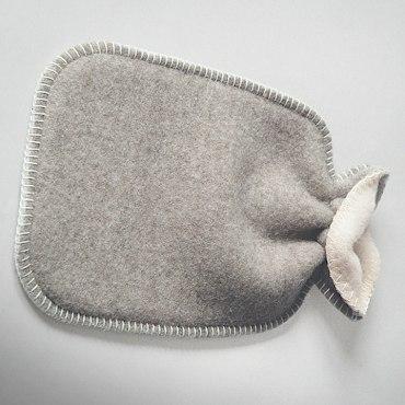 Wärmflaschen Überzug aus Wolle mit Logo. HOTELLERIA bietet Ihnen neben den hochwertigen Standard Produkten von chillisy maßgeschneiderte Textil Lösungen für Ihre Hotellerie. Die oberste Prämisse ist auch hier: Qualität!ie benötigen neue Stuhlauflagen für Ihre Terrassenbestuhlung? Loungekissen für den Wellnessbereich? Wolldecken für Ihre Gäste, dass diese länger auf Ihrer Terrasse verweilen? Polster, dass Ihre Gäste bequem Platz nehmen können? 10 Meter lange Tischdecken am Stück? Schwimmende Poolkissen um Ihren Gästen ein neues Highlight bieten zu können? Woll-Wärmflaschen mit Ihrem Logo, das Ihr Gast bei Ihnen als Andenken erwerben kann? Wunderschöne Filzkissen mit Herz, das Sie zu Weihnachten Ihren Mitarbeitern schenken können, um Ihnen Ihre Wertschätzung auszusprechen? Fleecedecken oder Wolldecken aus Kaschmir für Ihren VIP-Bereich?Rufen Sie uns einfach an +43 664 3807707 oder mailen Sie uns info@hotelleria.at wir beraten Sie freundlich und kompetent.